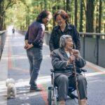 友人と助け合う高齢者