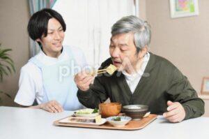 施設で食事を楽しむ高齢者